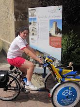 """Photo: Cristina, con """"mono"""" de bici."""