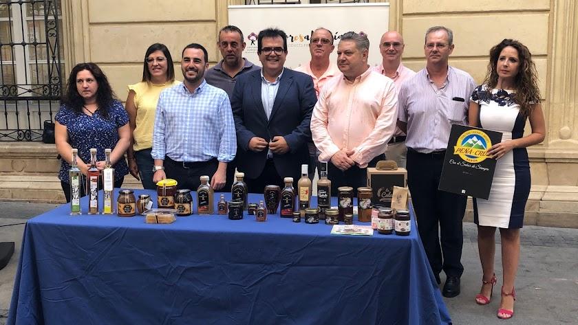 Carlos Sánchez, Antonio Jesús Rodríguez y Diego Cruz junto a los empresarios de Sabores Almería.