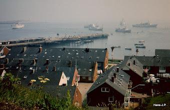 Photo: Viele Ausflugsschiffe auf der Reede. Damals war Helgoland durch Zollfreiheit sehr billig in Alkoholika und Rauchwaren.
