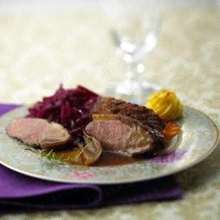 Knusprige Entenbrust zu Herzogin-Kartoffeln und Rotkohl