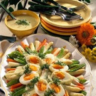 Buntes Spargelgemüse mit Eiern und Sauce Béarnaise