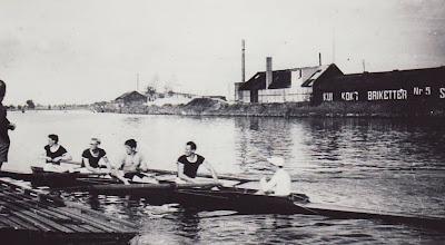 Photo: 1950 Kjeld Rasmussen (Hopsing), Uffe Traulsen, Banke Jung Jensen, Mogens Madsen (Bussi), cox. Flemming Bøgh Jørgensen. Klubkaproning