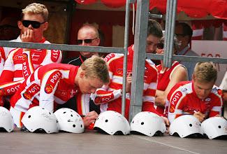 Photo: Team Post Danmark signerer hjelme