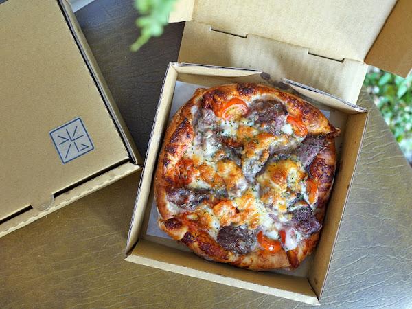 光之食艷室。小小的窗口傳遞溫暖美味的手工現烤披薩與烤盤鬆餅*