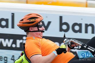 Photo: En ook heel bijzonder was de manier van deze rijder om de helm vast te maken.