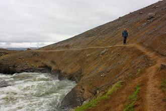 Photo: Samotny wędrowiec na skraju urwiska w drodze do upragnionego celu - wodospadu!
