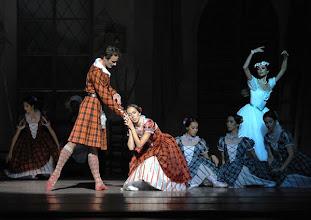 Photo: WIENER STAATSOPER: LA SYLPHIDE - Ballettpremiere am 26.10.2011. Nachstellung der Originalversion durch Manuel Legris. Roman Lazik, Nina Polakova, Irina Tsymbal. Foto: Barbara Zeininger.