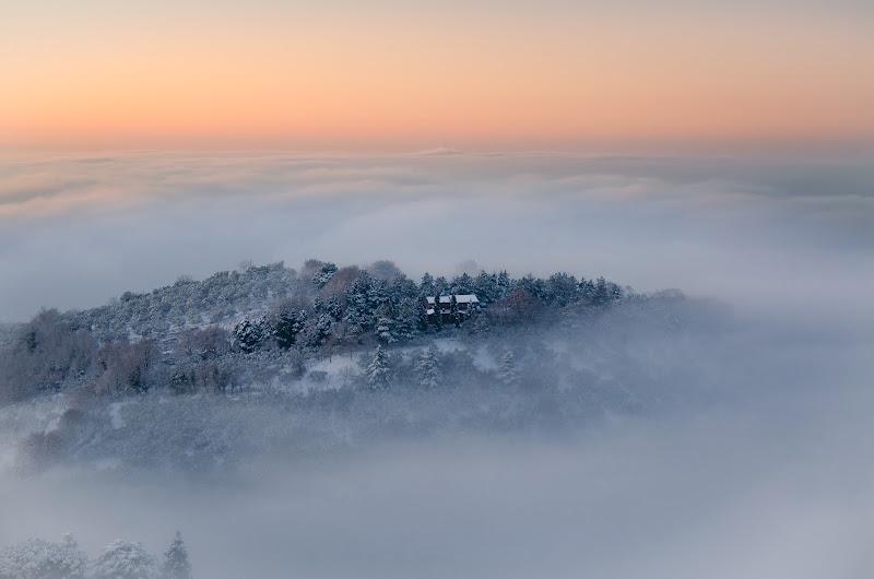 Tra il mare di nuvole, naviga silenzioso il tramonto di tonino_de_rubeis