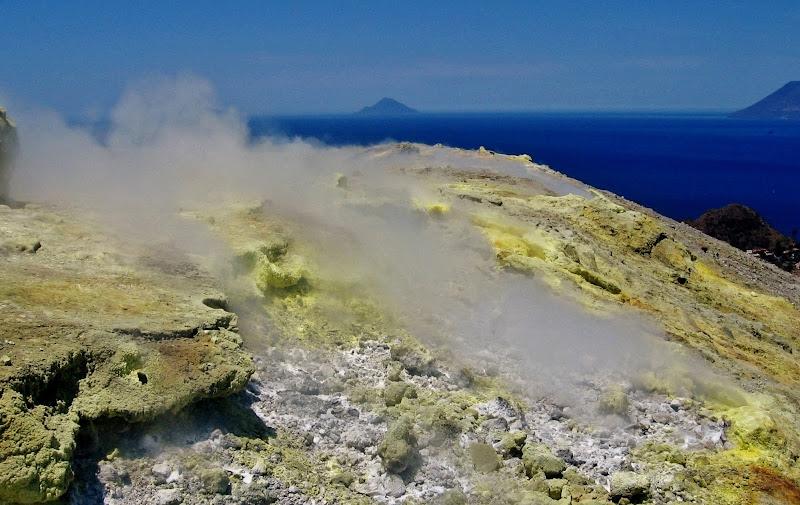 Aria calda generata dal fuoco sotto la terra, con vista sull'acqua del mare di Giorgio Lucca