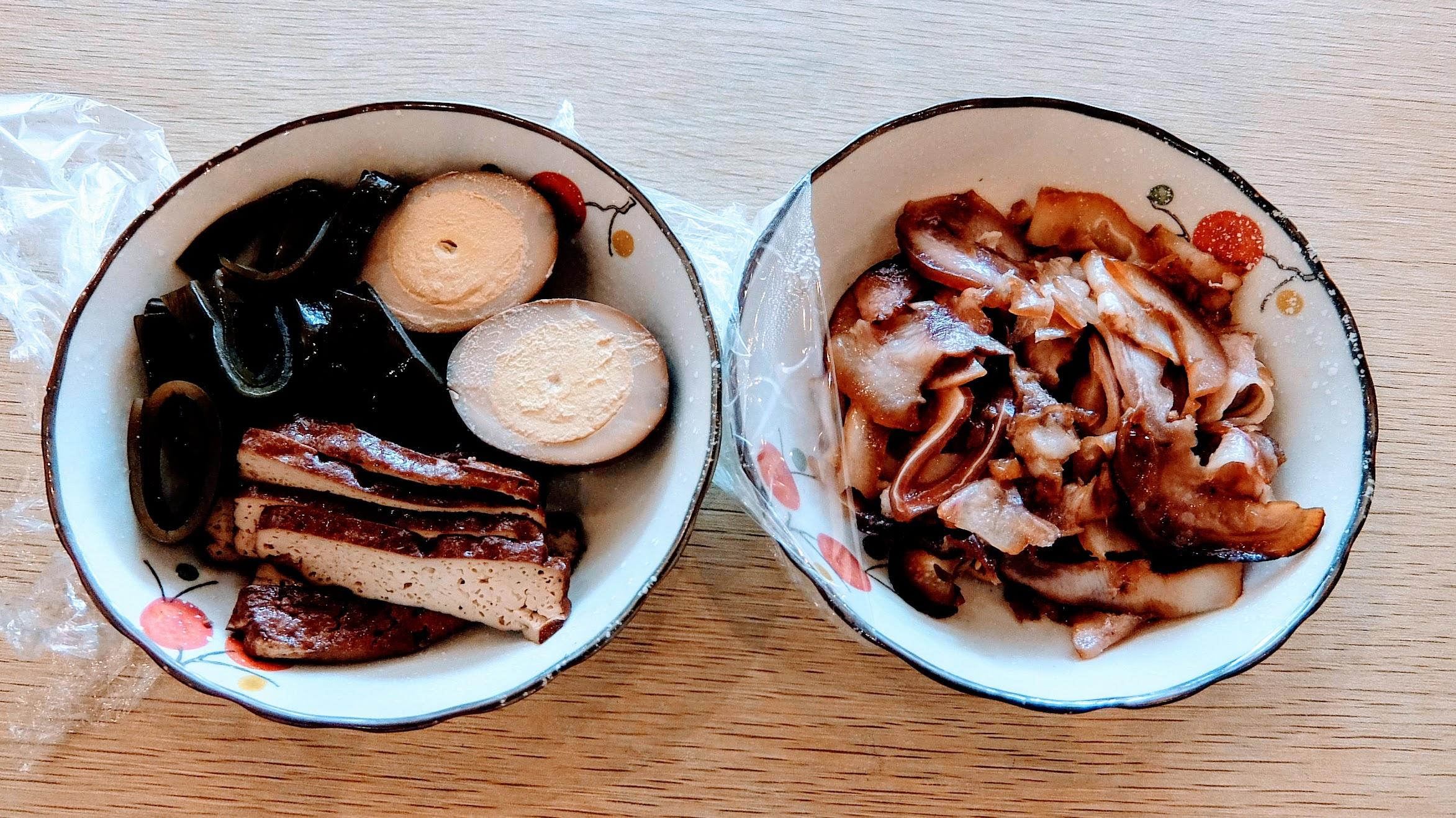 小菜一盤30,在冰箱可以自行取用;左邊的豆乾/海帶/蛋普通,右邊的豬耳朵是煙燻的,好吃XD