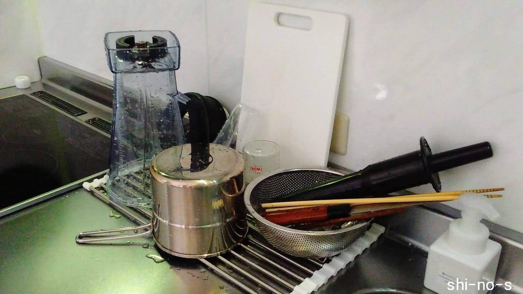 水切りかごの上に1人分の洗い物