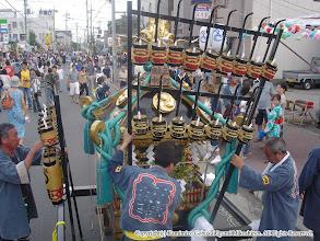 Photo: 【平成16年(2004) 本宮】 夜間渡御に向け弓張提灯を四面に取り付ける。