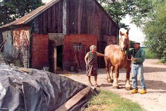Photo: Hendrik en Zwaantje Hollander bij hun paard