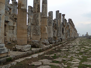 Photo: Apamea, the Cardo Maximus, with the facade of the shops behind the columns .......... De Cardo Maximus, met daarachter de gevels van de winkels