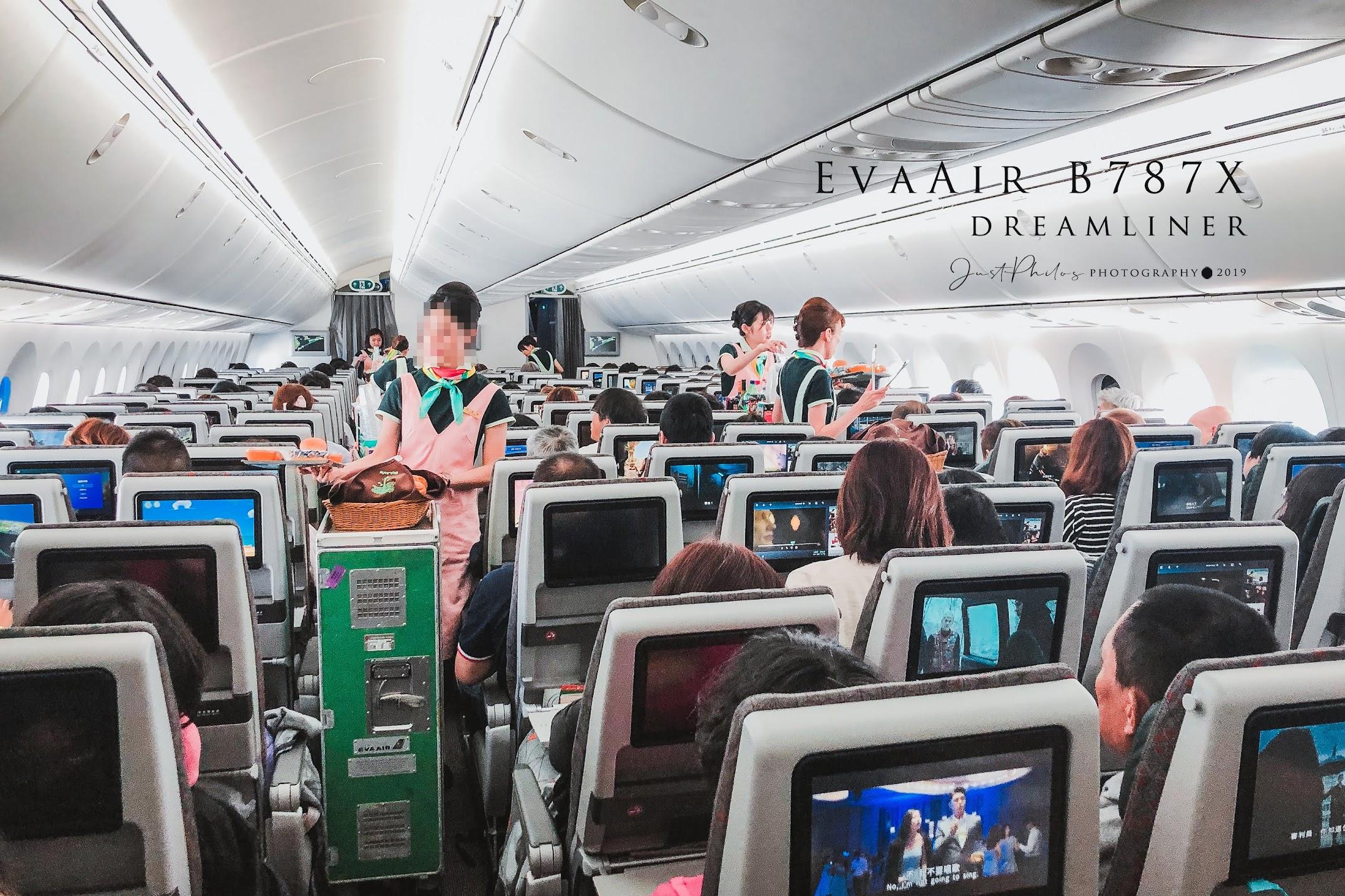 長榮B787客機的艙內相當明亮,等待空姐送餐的過程中只能在一旁等待。