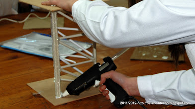 Photo: Usando la encoladora pistola termofusible