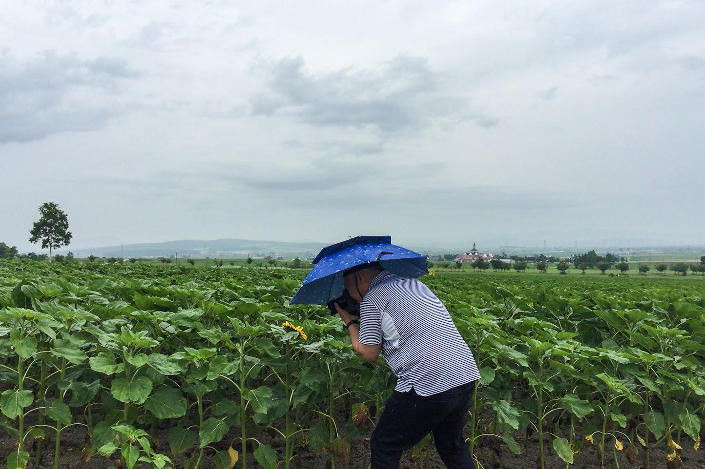 傘帽子をかぶって撮影