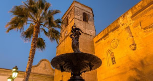 Alrededor de esta Plaza y su fuente gira la vida de Vera.