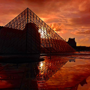 Apus piramida Louvre culori tari.jpg