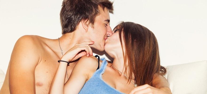 Całująca się para z wysokim libido