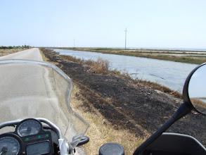 Photo: Das Spannendste ist eine Lagune am Wegesrand, dessen spärliche Vegetation wohl einer weggeworfenen Zigarette zum Opfer gefallen ist.