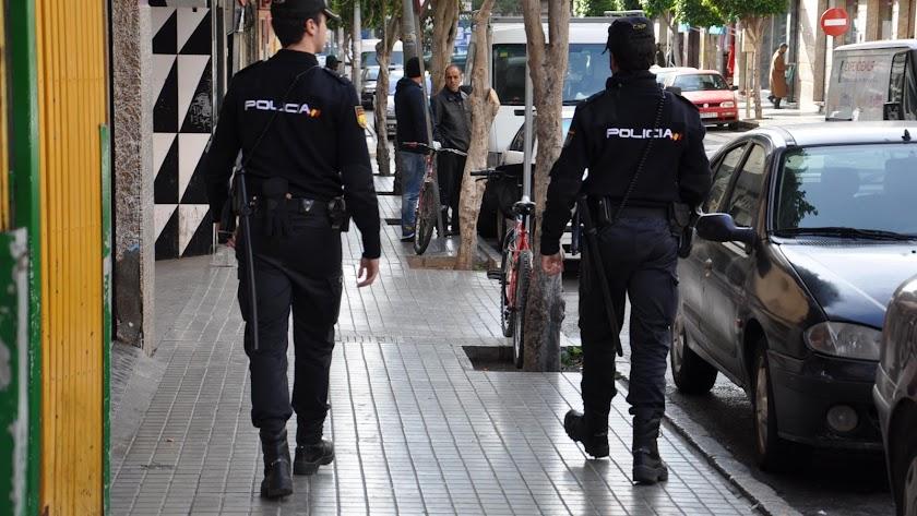 Agentes de Policía Nacional de patrulla por las calles.