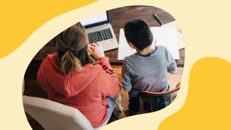 una mujer y un niño mirando un portátil juntos