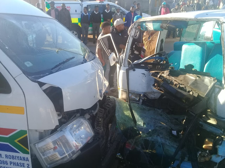 A crash between two taxis in Reeston resulted in primary school pupils on Tuesday morning
