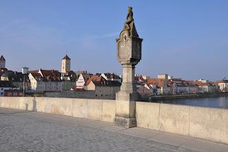 """Photo: Most byl stavěn mezi lety 1135-1146. Tento románský most je dlouhý přes 330 metrů. Protože se po dlouhou dobu jednalo o jediný most přes Dunaj, město zbohatlo na výběru mýta. Řeka v místech, kde most stojí vytváří nebezpečné víry (Strudeln). Stejný stavitel měl údajně postavit také Juditin most v Praze a most posloužil jako inspirace dalších mostů. Slavné párky Würstchen (něm. """"buřtík"""") údajně vznikly při stravování dělníků na stavbě tohoto mostu."""