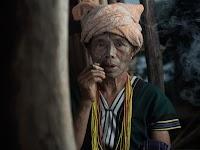 Aziatische vrouw rookt een sigaartje