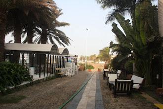 Photo: Hotellbaren vid stranden på vänstersida.