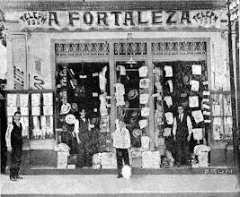 Photo: O comércio da cidade era bastante diversificado. Casa Fonseca, especializada em artigos de vestuários femininos e masculinos. Início do século XX