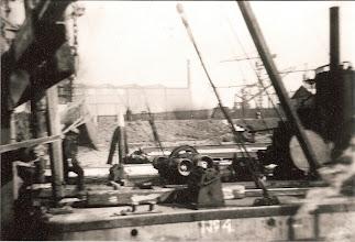 Photo: Zicht op de constructiehallen van de Gusto-werf, Maasdijk, Schiedam.