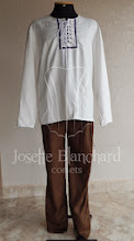 Photo: Camisa de linho cru e calça em camurça marrom com detalhes laterais. A partir de R$ 180,00.