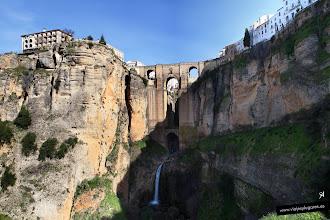 Photo: 19: El río Guadalevín, aunque lleva muy poca agua, forma una pequeña cascada en el puente.
