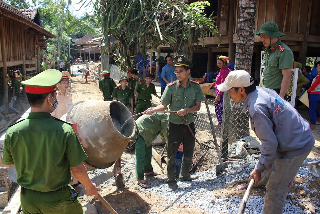 Làm đường giao thông nông thôn miễn phí cho người dân xã Châu Hoàn, huyện Quỳ Châu