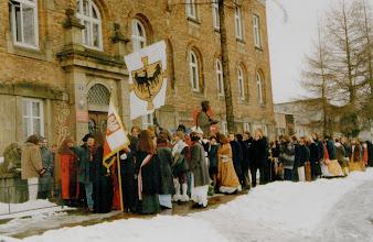 Photo: Święto Patrona Szkoły, wymarsz pod pomnik Matejki 21.03. 2000 r.
