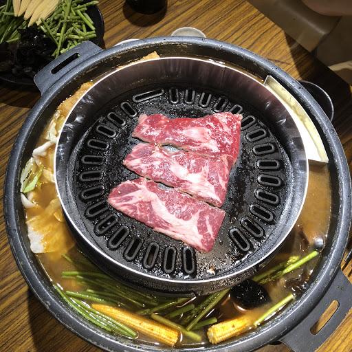 價格偏高,覺得是因為烤肉➕火鍋的噱頭。 套餐的選擇太少了,雙人套餐只有牛舌或龍蝦兩種選擇,單點的話單盤肉的價格又頗高了...不過套餐份量很足,兩個人吃有剩。