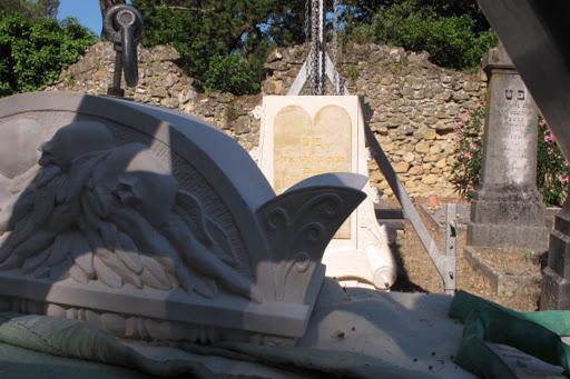 Mise en place et manutention des éléments d'une tombe personnalisée sculptée en pierre