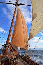 Photo: Le Leenan avec la Suédoise de sortie (voile marron), remplaçant la grand voile lors de vent trop fort. C'est d'ailleur avec cette voie que nous avons fait notre pointe de vitesse de l'expédition !