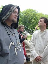 Photo: Links ein Priester der Krähe.