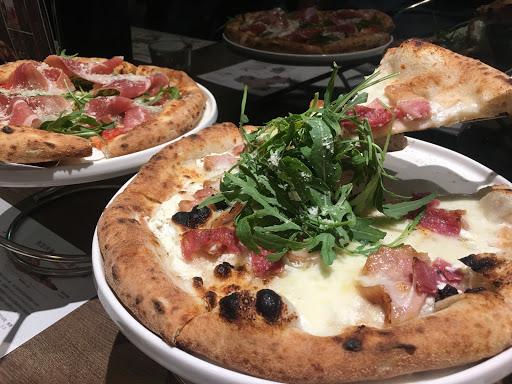 #就是在義大利🇮🇹吃的pizza 味道很正宗,是日本人開的餐廳人員都很專業也有賣義大利麵,但生火腿太吸引人硬是點了兩個種口味,pizza送進口的那一個摸門好像有回到義大利五秒! 下次再會一會他的生