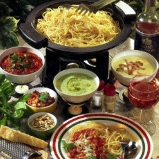 Spaghetti Fondue mit unterschiedlichen Soßen