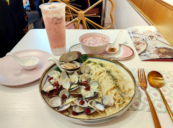 台北公館早午餐店 #BFF 店面裝潢網美風適合拍照 每道餐點名稱都很有創意 擺盤好看精緻漂亮又好吃