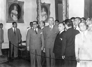 Photo: Inauguração do Museu Imperial. Na foto, entre outros personagens ilustres, vemos Getúlio Vargas e Alcindo Sodré, primeiro diretor da instituição, de costas com terno de listas verticais. Foto de 1943