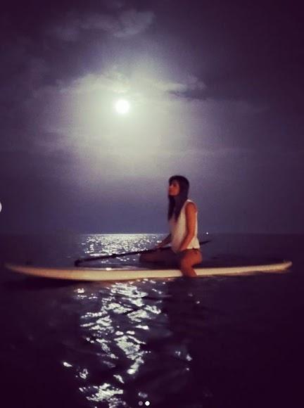Relajada y bajo la luz de la luna, Isabel Jiménez disfruta de Almería.