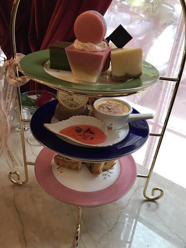 這裡點心好吃! 雙人古典英式下午茶超划算! 我點米蘭冰咖啡也好喝,咖啡裡面的奶油+冰淇淋這樣搭好喝!