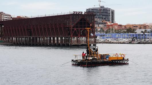 Sondeos con una pontona para el futuro del Muelle de Levante