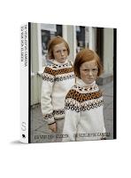 2 roodharige meisjes met zelfde bruin/witte trui