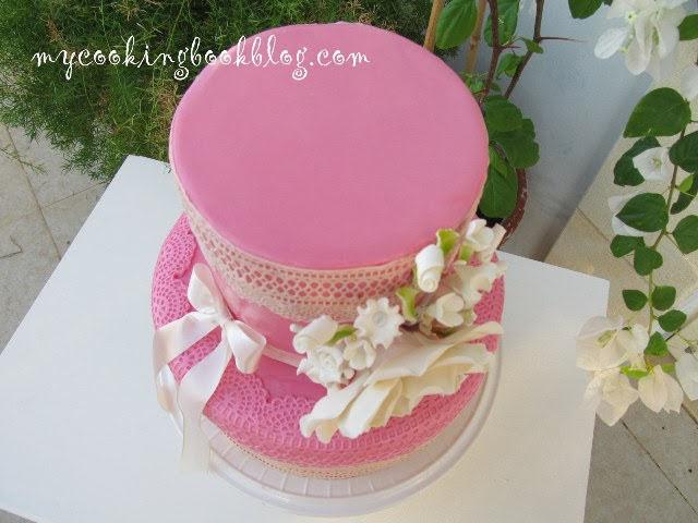 Розова торта с цвете за кръщене на бебе